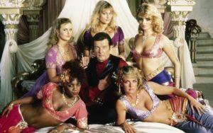 Illalla tv:ssä: 007-leffa joka pohjautuu Playboy-lehdessä julkaistuun novelliin – leffassa nähdään uusi M kuolemantapauksen vuoksi